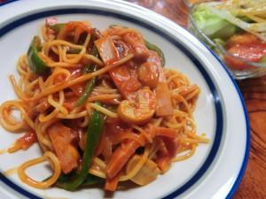 お母さんが作ってくれたスパゲティはめんがのびのびで、ソースはトマトケチャップでした